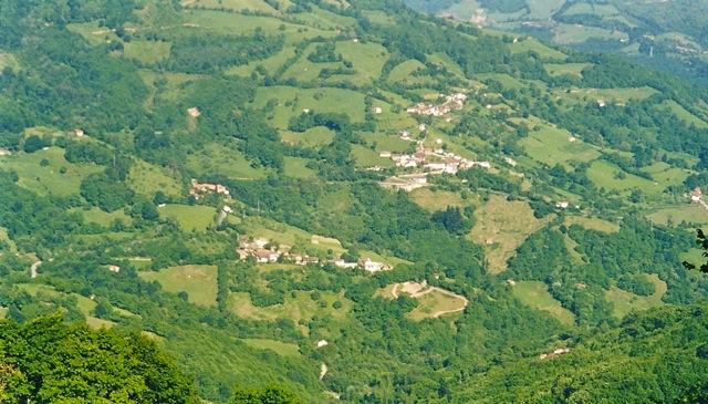 Aldeas del valle de Muñón Cimero, Lena, Asturias. En primer término, derecha, el Venceyal. En el centro, La Iglesia. Enfrente, La Maderada. Al fondo, Reconcos. A la izquierda, los Fueyos.