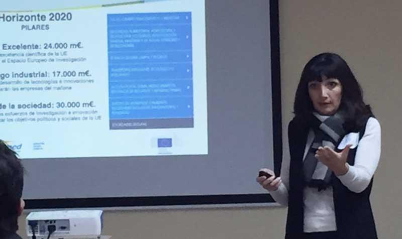 Isabel García, de Coepa, explica las ayudas de la UE en la Startup Europe Week Alicante, en la sede de la Escuela Superior de Marketing ESUMA