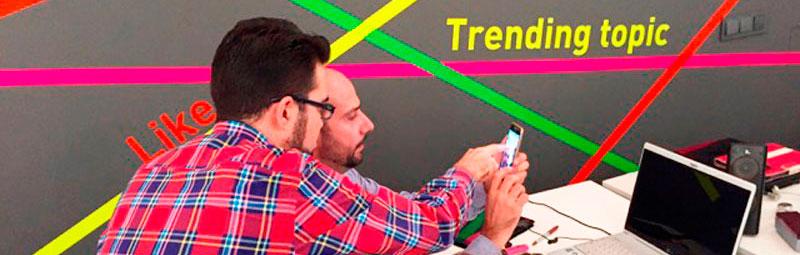 Óscar Oncina, de El Taller Audiovisual, enseña a César Rámirez las posibilidades del móvil para hacer vídeos en una clase del máster de marketing digital de Fundesem