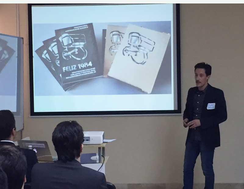 Juan Carlos Castro explica sus prototipos en la Startup Week Alicante, en la sede de la Escuela Superior de Marketing ESUMA