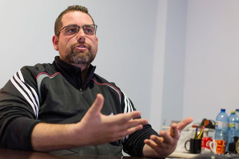 Isidro Pérez durante la entrevista sobre comercio electrónico en su despacho de Avanza Soluciones