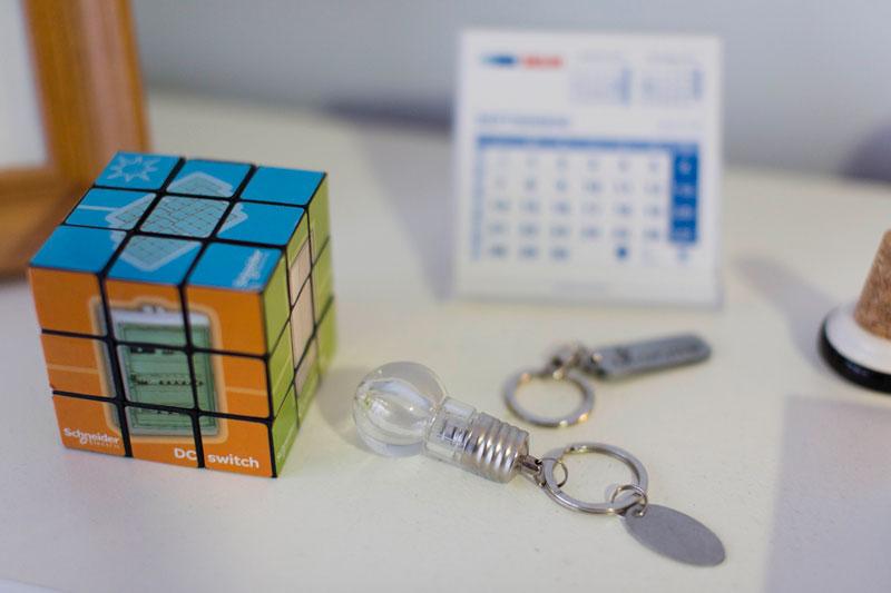 Objetos en el despacho de Isidro Pérez, llavero con bombilla y cubo de Rubik