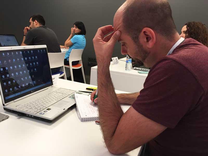César Ramirez, alumnos del Máster de Marketing Digital, pensativo durante la clase de marca personal impartida por Andrés Pérez Ortega
