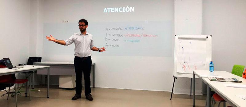 Sebastián Lora en un curso para perder el miedo a hablar en público