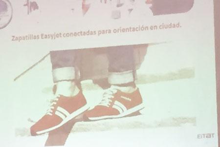Zapatillas de orientación concebidas por Easyjet presentadas en el foro sobre digitalización organizado por el diario El Mundo en Elche