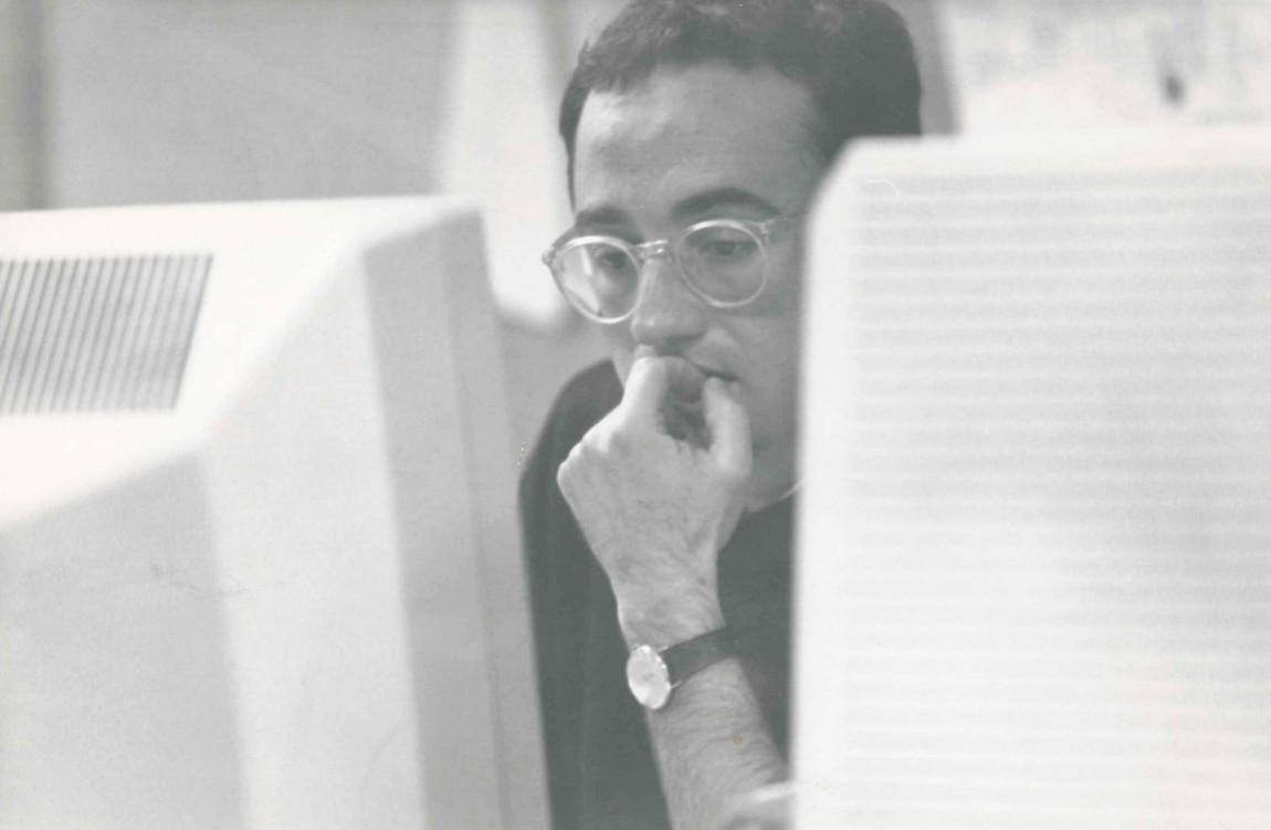 Baldo Rodríguez escribiendo en un ordenador en el diario Información de Alicante