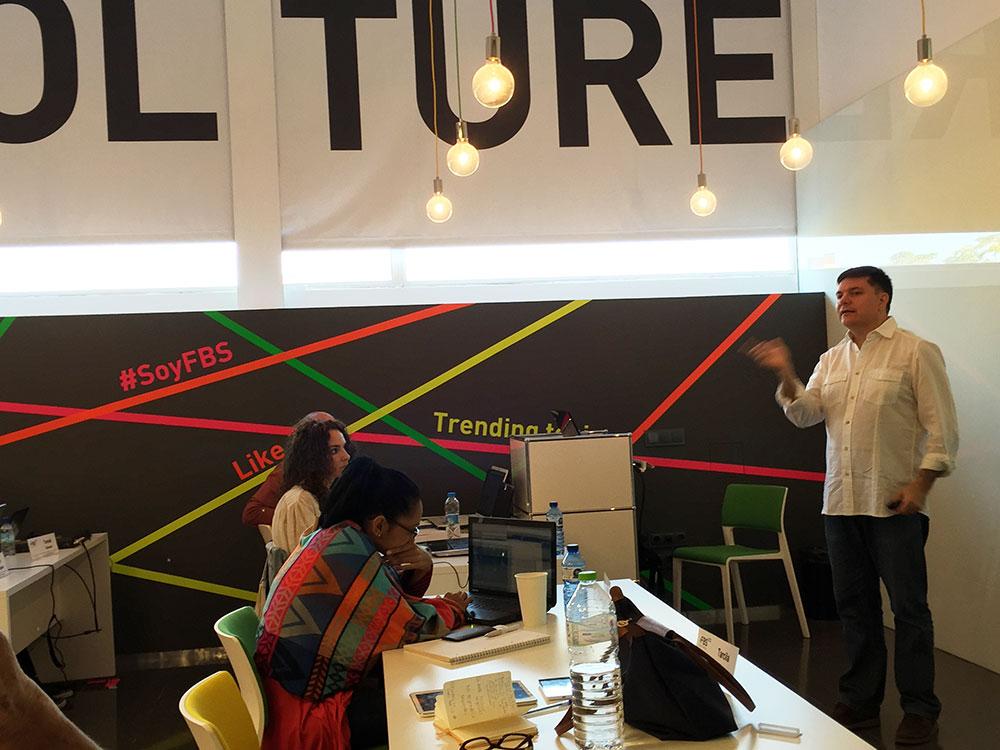 Pedro Rojas en una clase del Máster de Marketing Digital de Fundesem