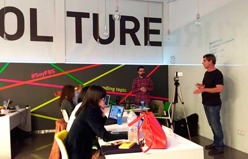 Javier Cabrera y Óscar Oncina, de El Taller Audiovisual, en una clase de grabación de vídeo con móvil en el máster de marketing digital de Fundesem