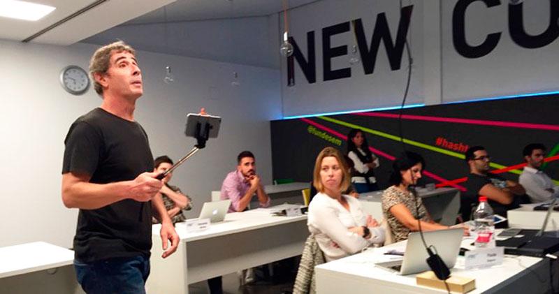 Javier Cabrera, de El Taller Audiovisual, en una clase de grabación de vídeo con móvil en el máster de marketing digital de Fundesem