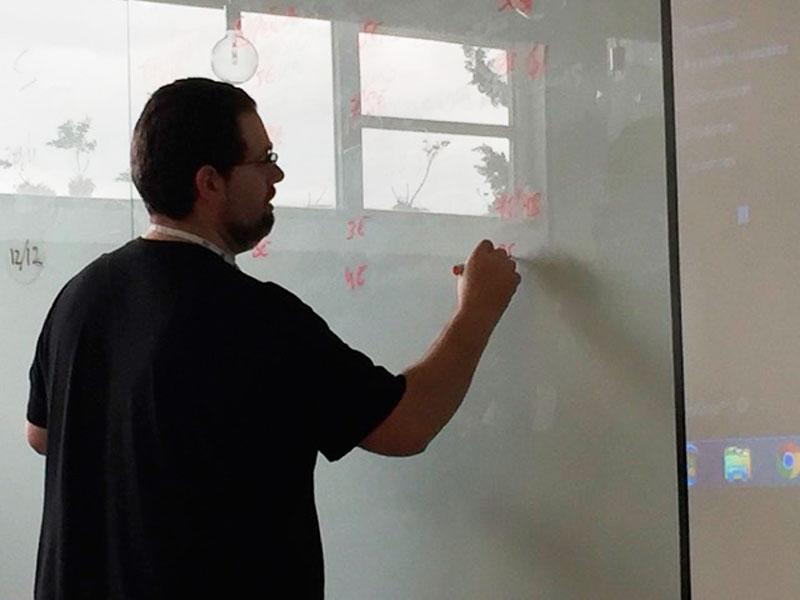 Isidro Pérez da explicaciones durante una clase en el máster de marketing digital de Fundesem