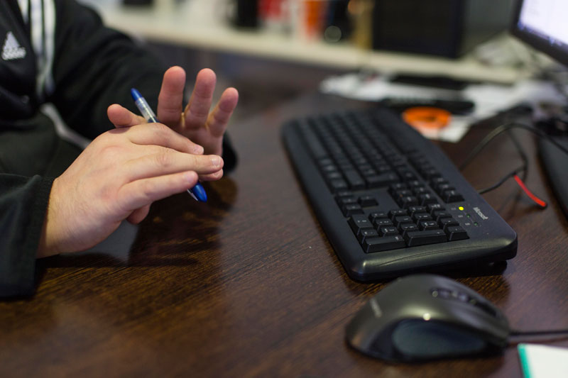Detalle de las manos de Isidro Pérez, especialista en comercio electrónico