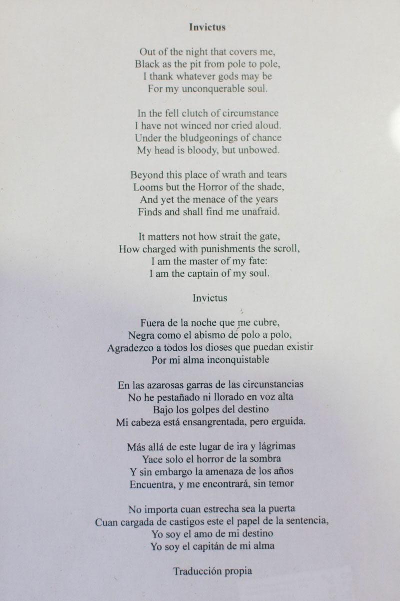 Isidro Pérez tiene en su despacho el poema Invictus