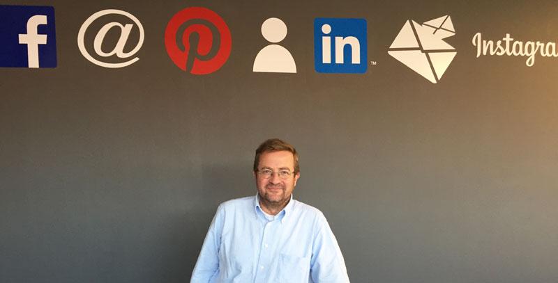 Andrés Pérez Ortega posa en la clase del Máster de Marketing Digital en el que impartió marca personal