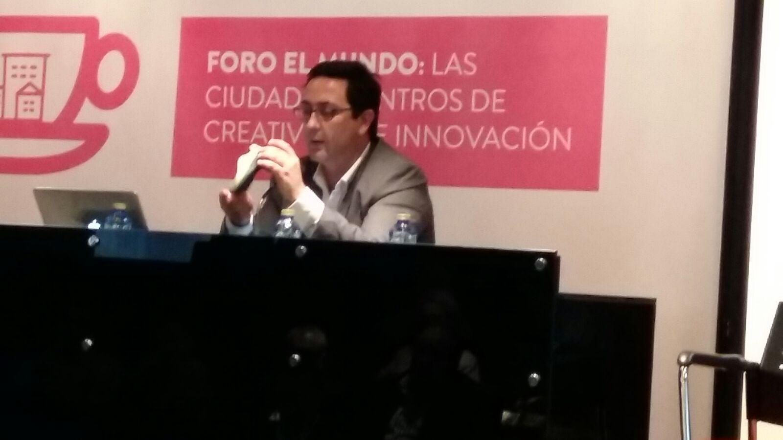 Rafael Navarro muestra una zapatilla impresa en 3D en un foro sobre digitalización organizado por el diario El Mundo en Elche